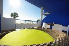 Terraza del apartamento con vistas a la playa